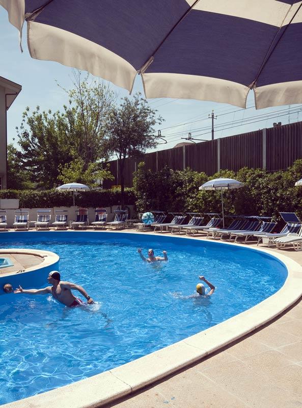 H tel 3 toiles avec piscine rivazzurra di rimini zone for Piscina trafalgar