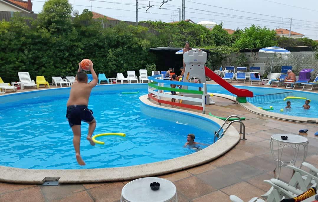 Hotel 3 stelle con piscina rivazzurra di rimini angolo for Piscina trafalgar